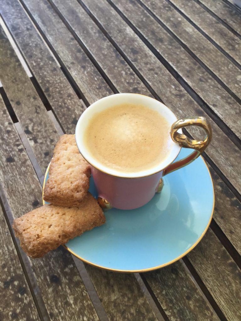 Le café accompagné des canistrelli. Spécialités et produits corses à ramener absolument de l'île