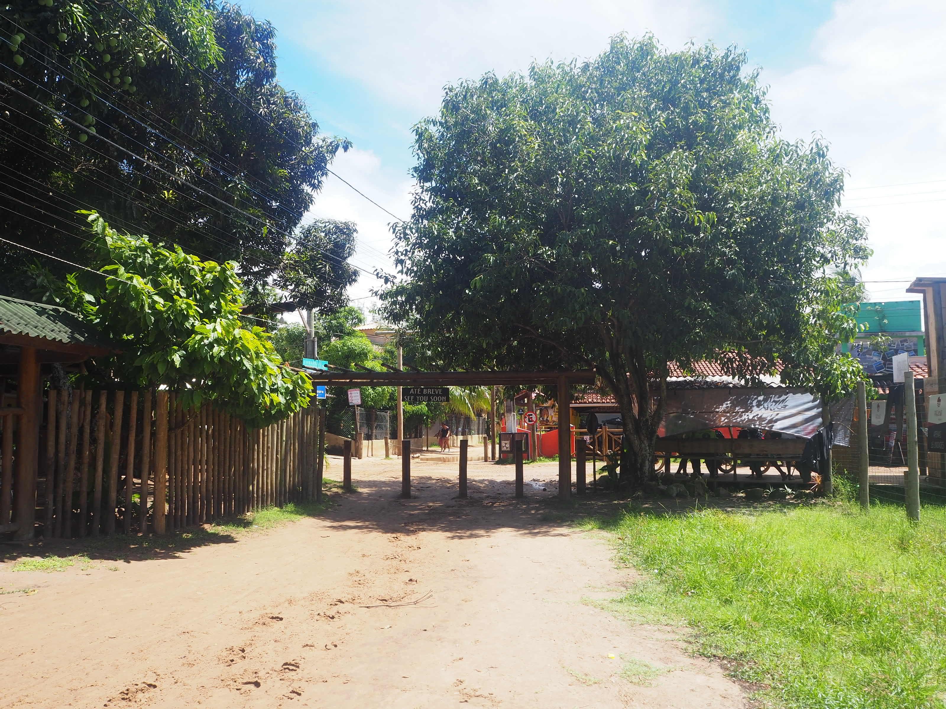 L'entrée du village de Barra Grande au Brésil avec ses routes en sable