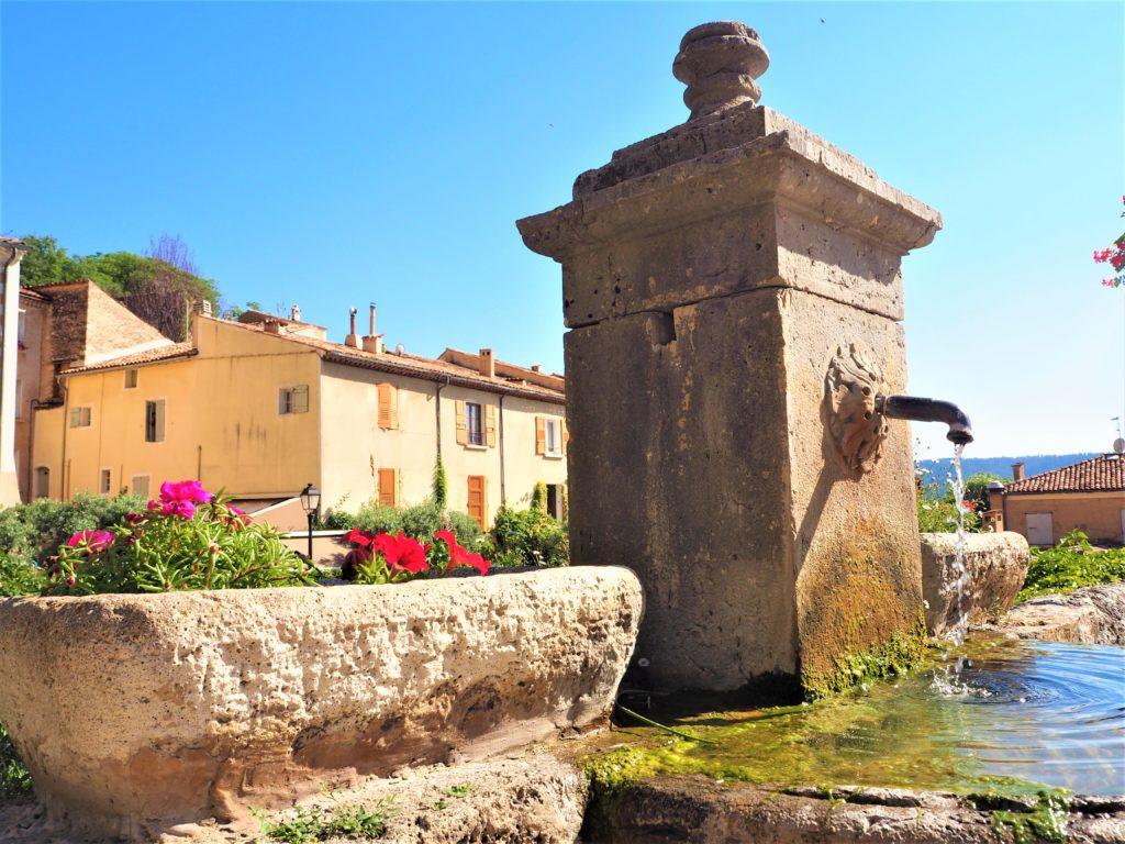 Fontaine dans le Vlilage de Moustiers-Sainte-Marie. Parc Naturel Régional du Verdon Alpes de Haute-Provence