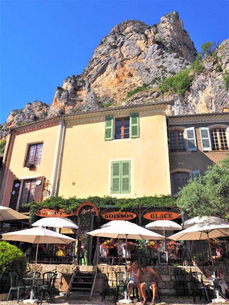 Café Moustiers-Sainte-Marie village dans le Parc Naturel Régional du Verdon