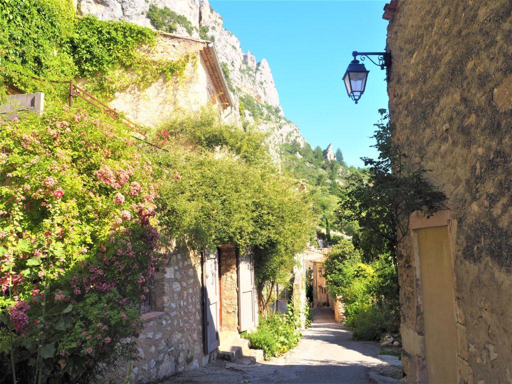 Jolie ruelle dans le Vlilage de Moustiers-Sainte-Marie. Parc Naturel Régional du Verdon Alpes de Haute-Provence