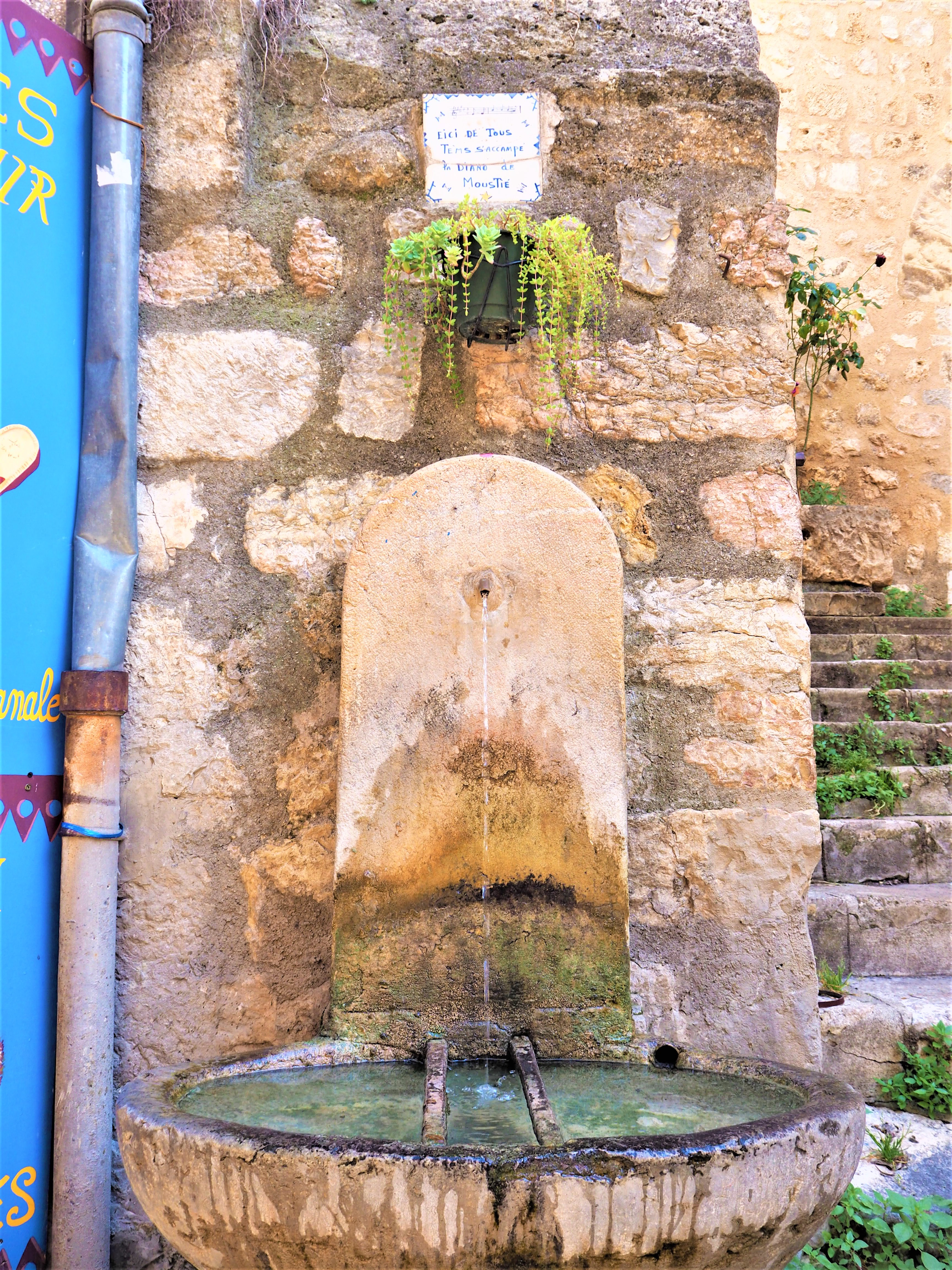Le Vlilage de Moustiers-Sainte-Marie. La fontaine de Diane. Parc Naturel Régional du Verdon Alpes de Haute-Provence. Clioandco blog