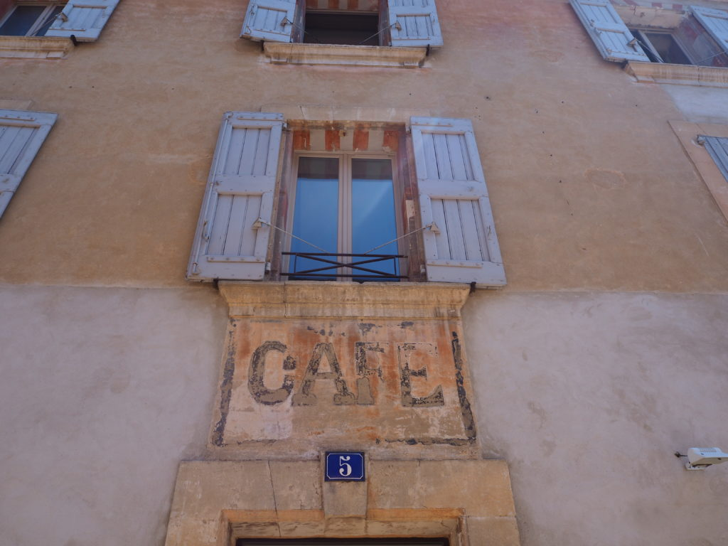 Village de Bonnieux dans le Luberon, Vaucluse. PACA. Café
