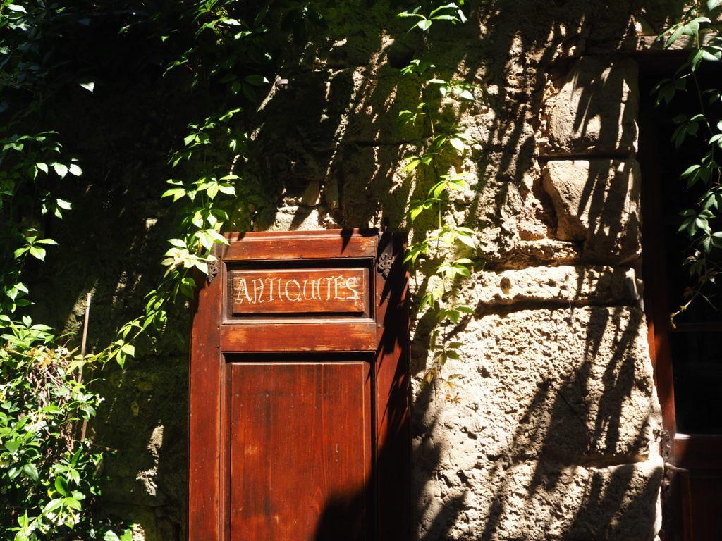Village de Bonnieux dans le Luberon, Vaucluse. PACA. Porte Antiquités