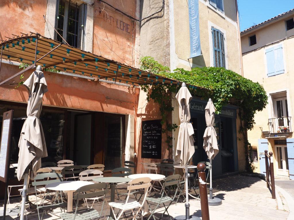 Village de Bonnieux dans le Luberon, Vaucluse. PACA. Café restaurant