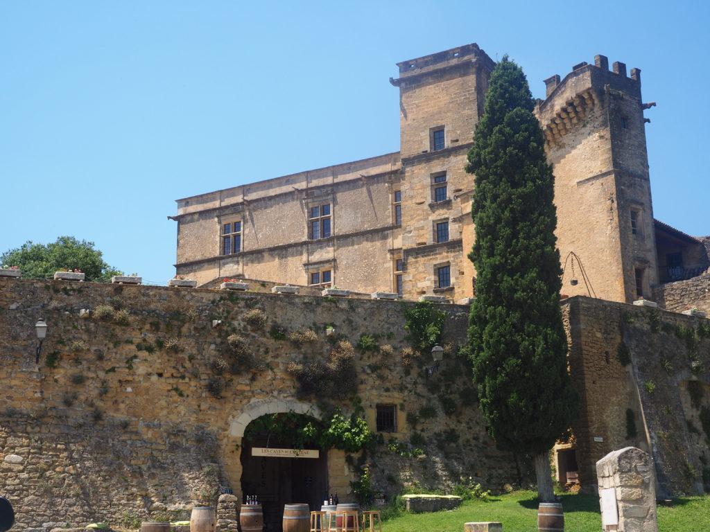 Village de Lourmarin dans le Luberon, Vaucluse. PACA. Château et jardin