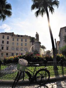 Place des palmiers, Ajaccio, Corse, France. Vélo électrique AppeBike