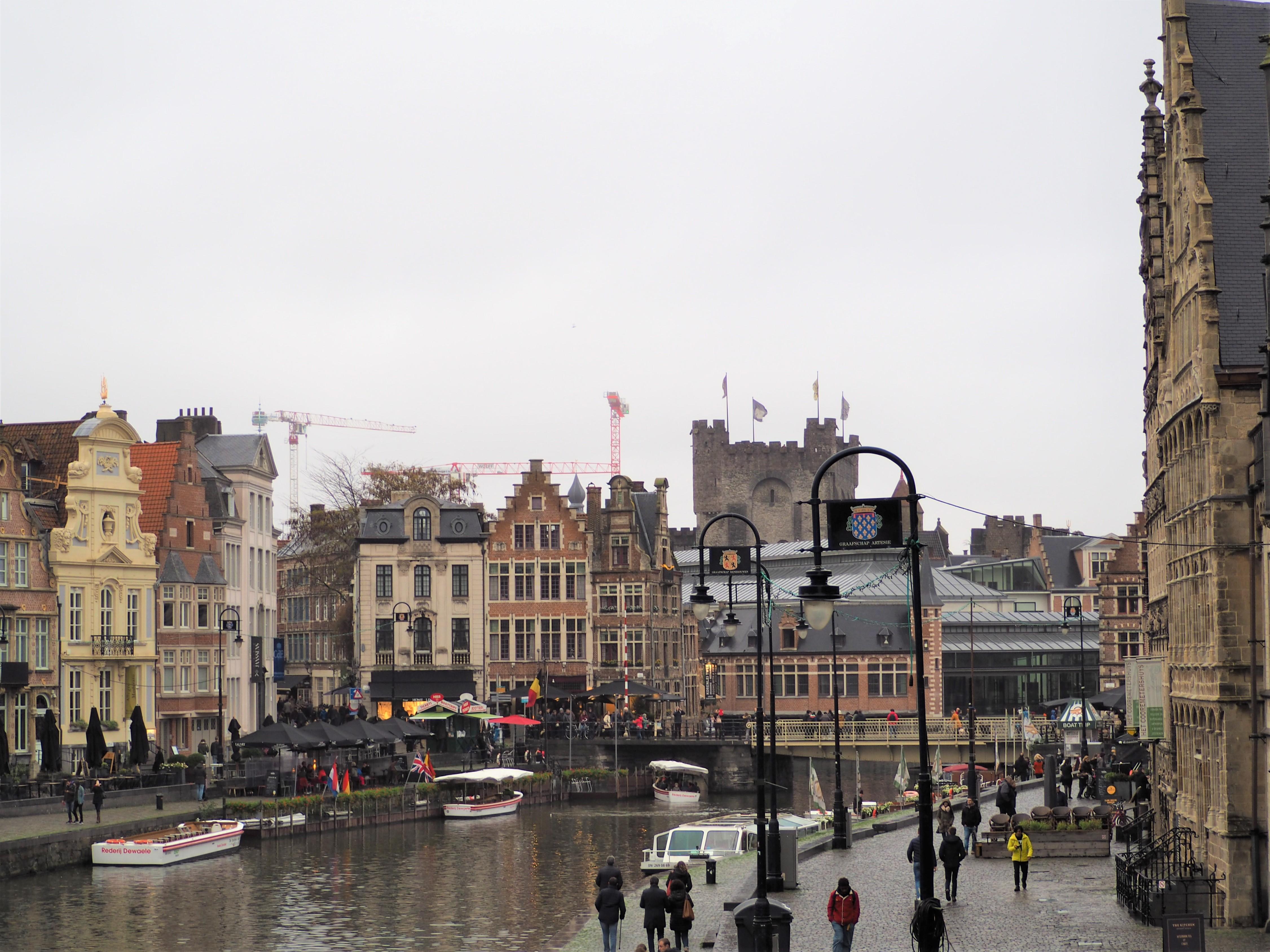 En arrière plan le Château des Comtes de Flandres Visiter Gand Belgique clioandco blog voyage