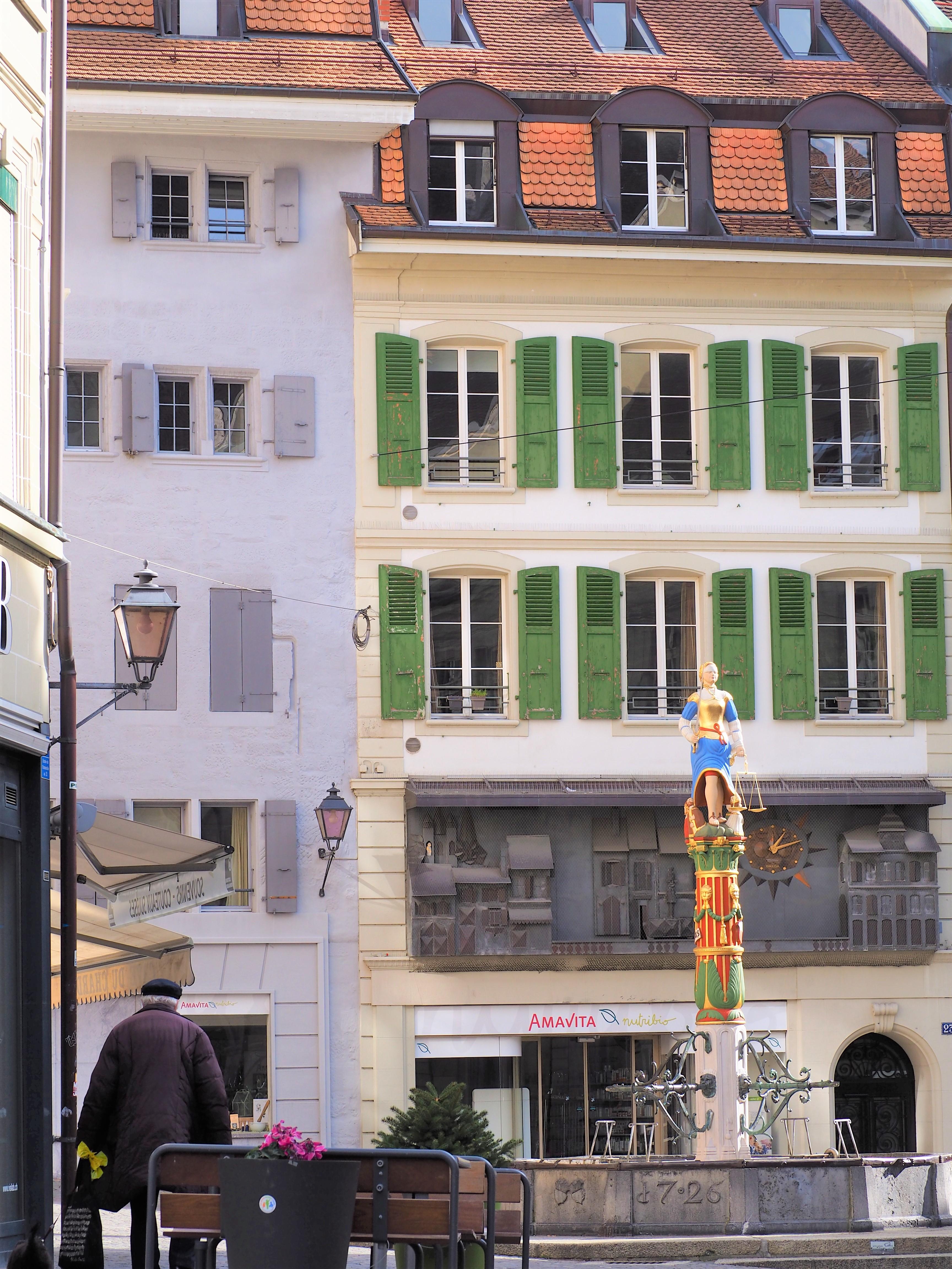 place-de-la-palud-clioandco-blog-voyage-lausanne-suisse-canton-de-vaud-début-vieille-vill
