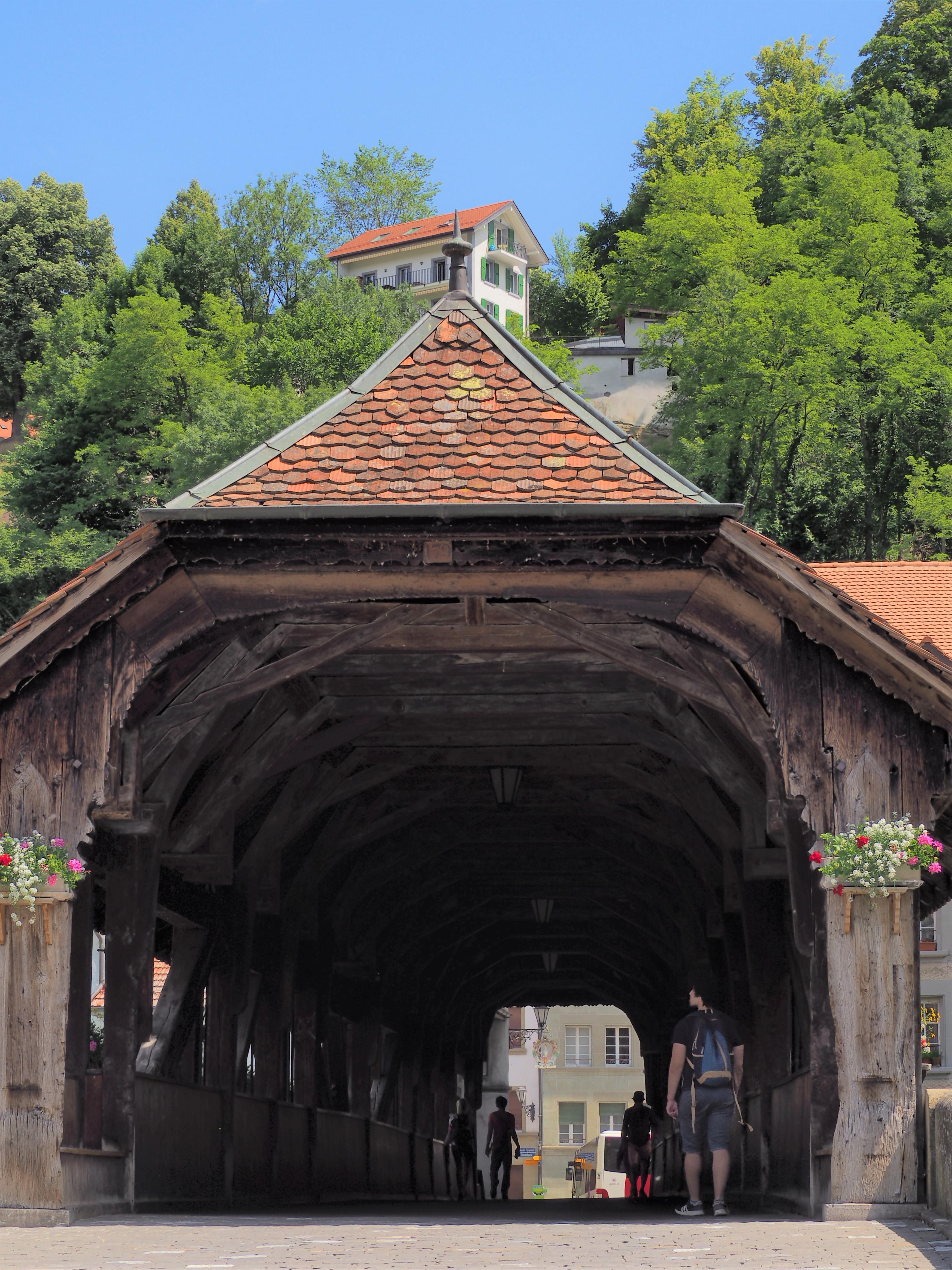 Pont de Berne entrée depuis la basse ville fribourg suisse