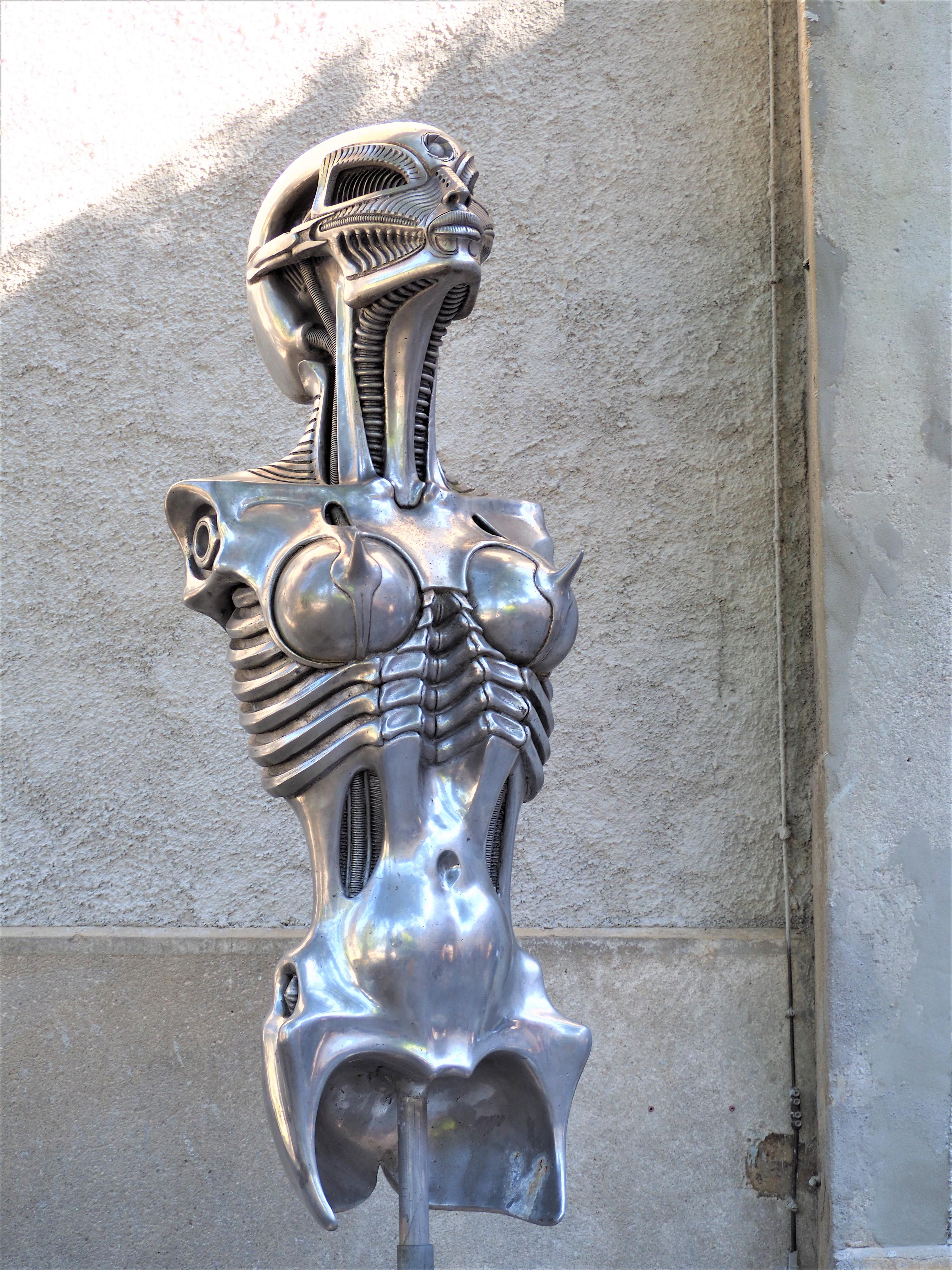 Visiter-Gruyères-canton-de-Fribourg-Suisse-alien-statue