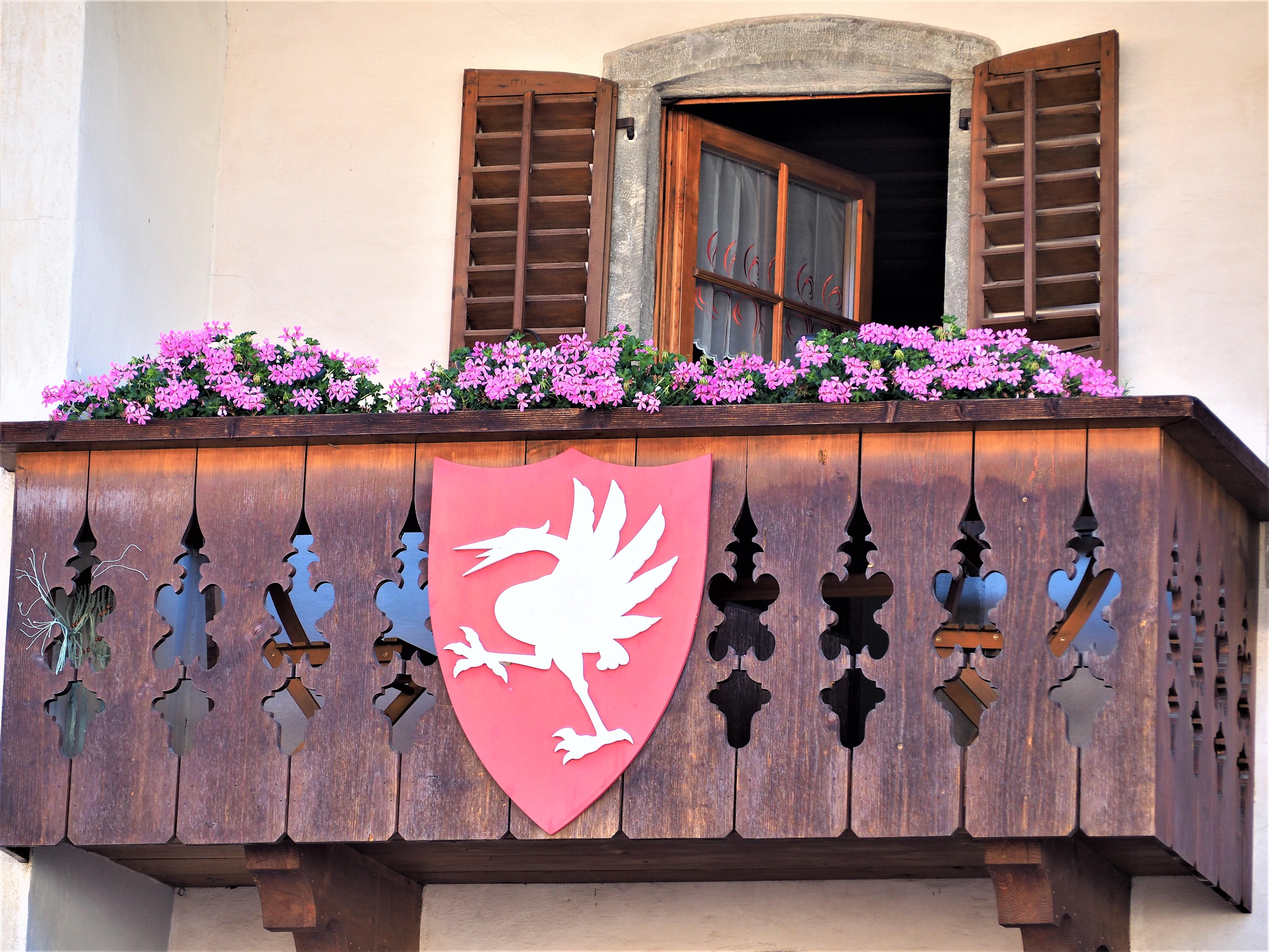 Visiter-Gruyères-canton-de-Fribourg-Suisse-détails-balcon-clioandco