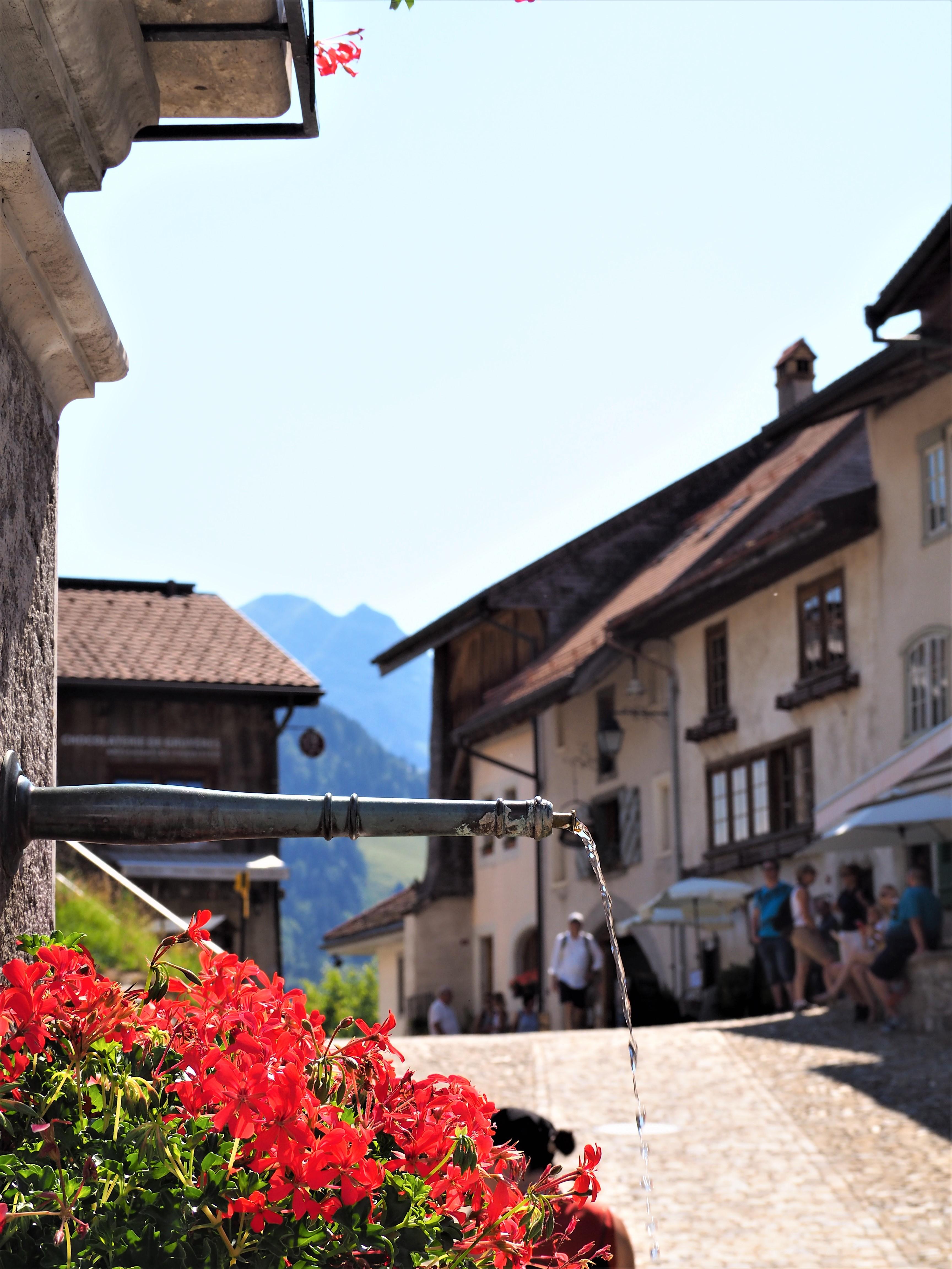 Visiter-Gruyères-canton-de-Fribourg-Suisse-fontaine-place-centrale-clioandco-blog-voyages