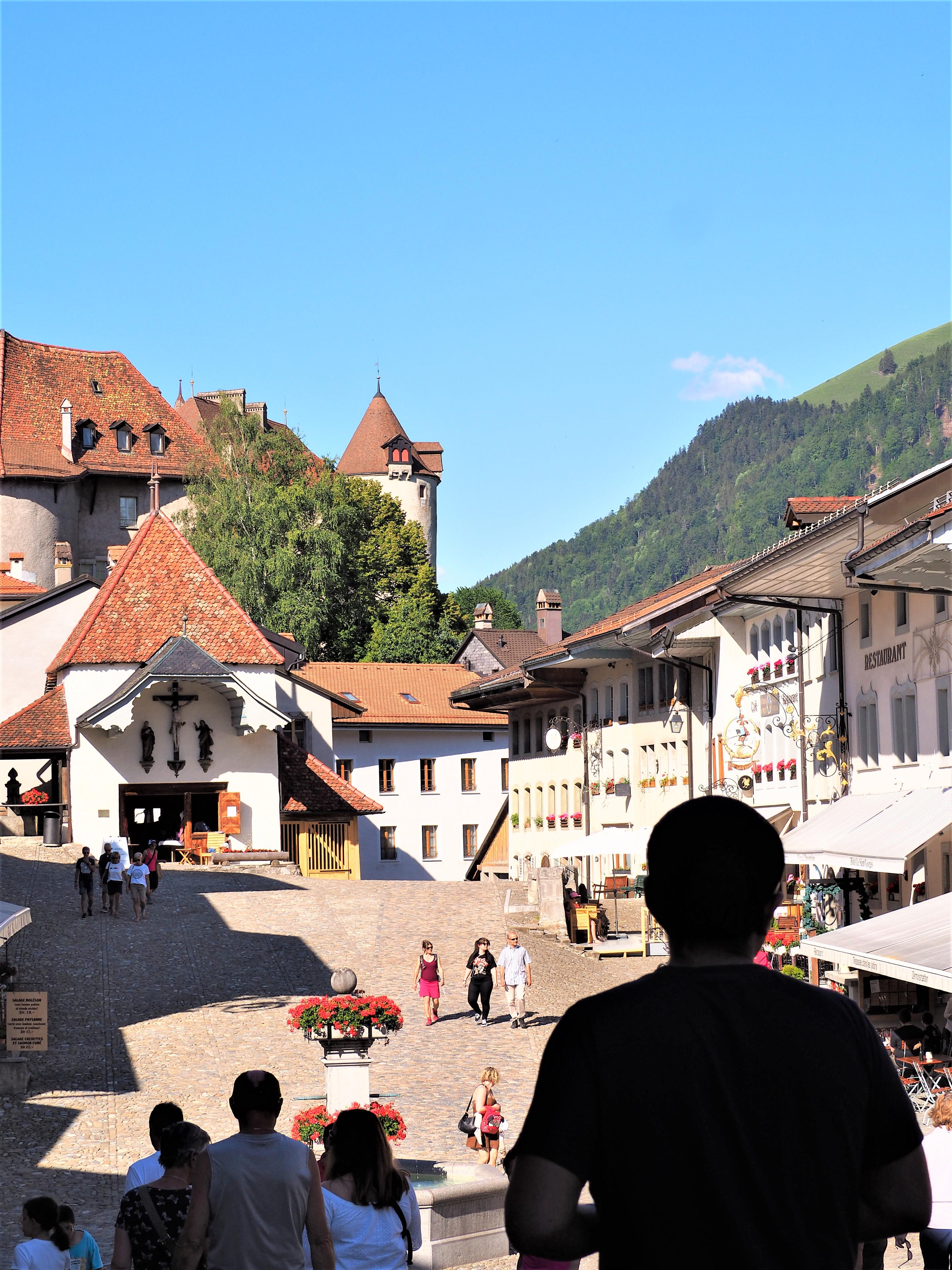 Visiter-Gruyères-canton-de-Fribourg-Suisse-place-centrale-vue-2
