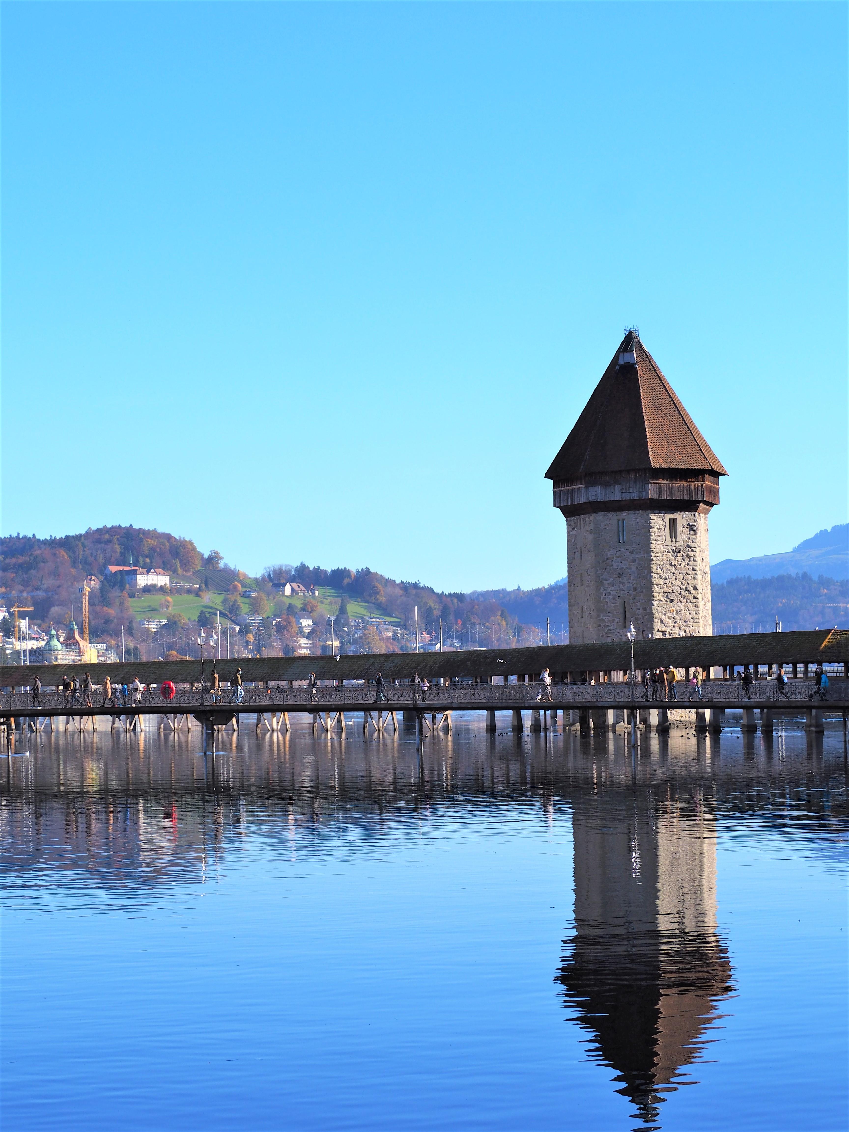 Lucerne-Pont-de-la-Chapelle-et-la-tour-deau-blogvoyage-clioandco-VUE-suisse.j