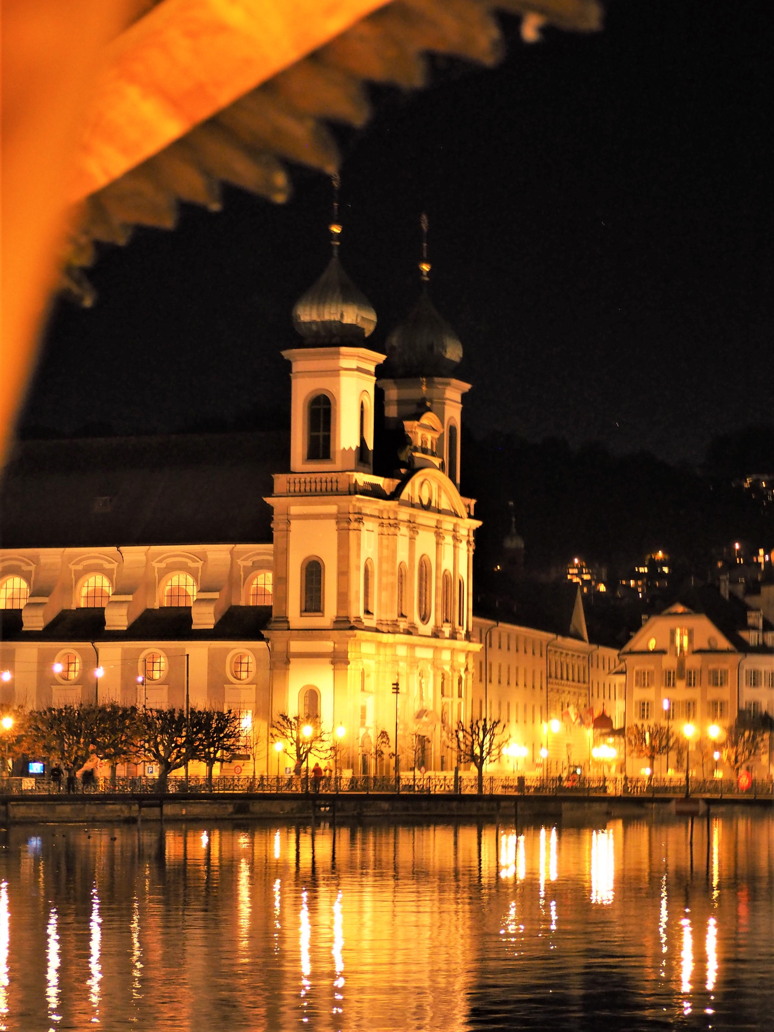 Clioandco-blog-voyage-Lucerne-de-nuit-Pont-de-la-chapelle-et-eglise-franciscaine-visiter-suisse.