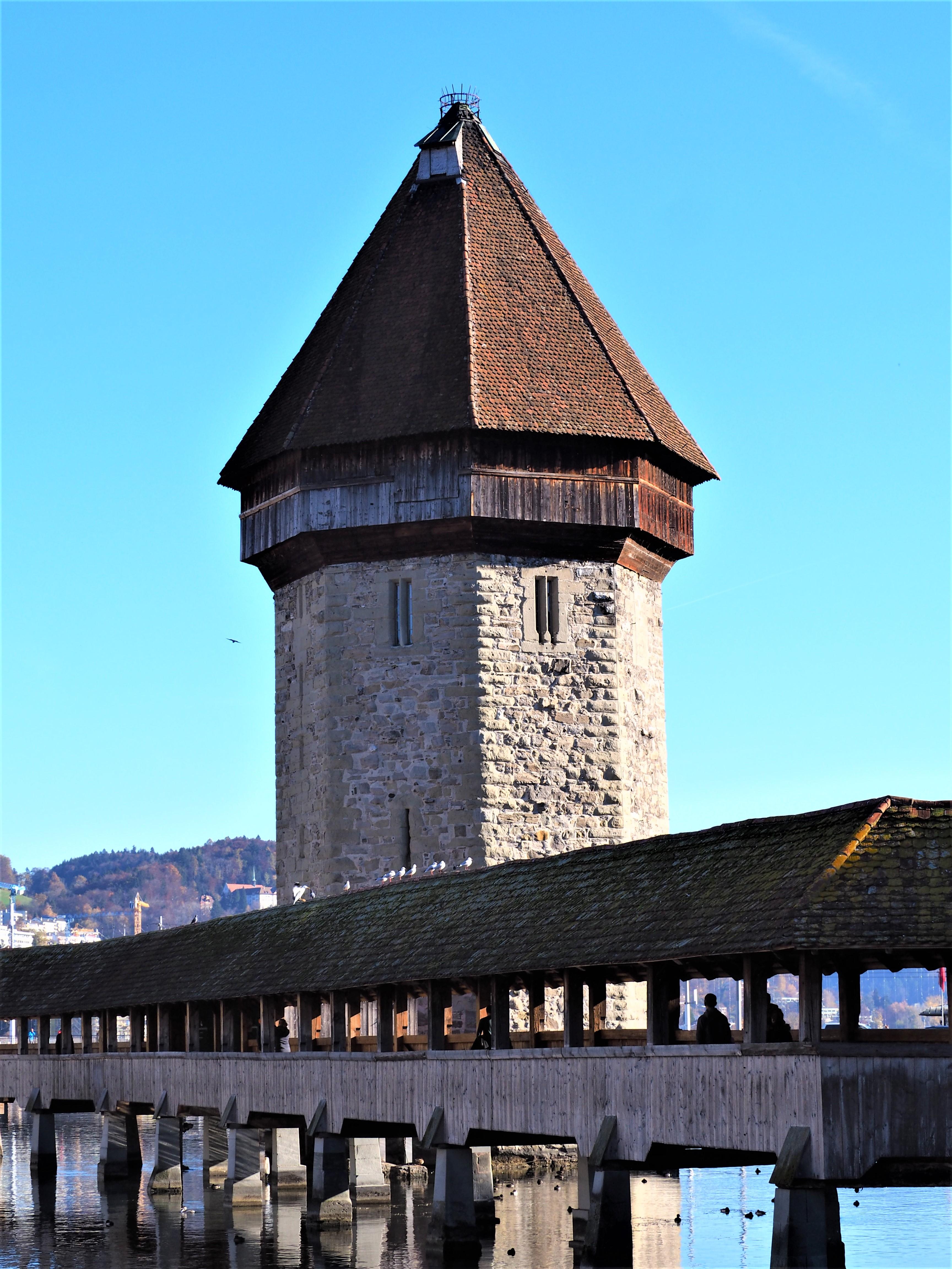 Lucerne-Pont-de-la-Chapelle-et-la-tour-deau-blogvoyage-clioandco-suisse
