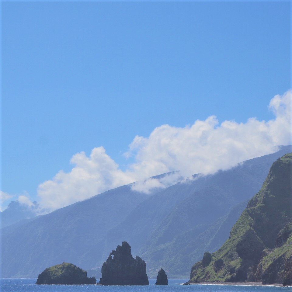 Madere-vue-depuis-porto-moniz-sur-les-roches-de-lave-Ilheus-da-Ribeira-da-Janela-clioandco