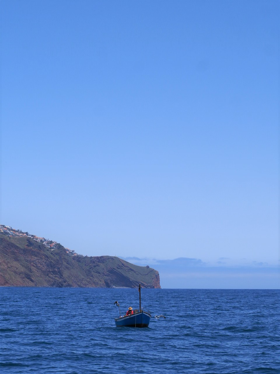 Madere cabo girao-depuis-le-catamaran-seaborn-bateau-au-loin