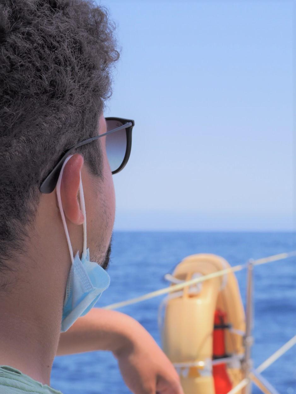 Madere cabo-girao-depuis-le-catamaran-seaborn-bateau-au-loin