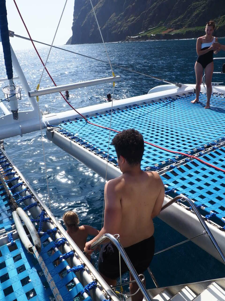 dauphins-madere-tour-en-catamaran-que-faire-blog-voyage-clioandco-se-baigner-en-voyant-les-dauphins-rotated