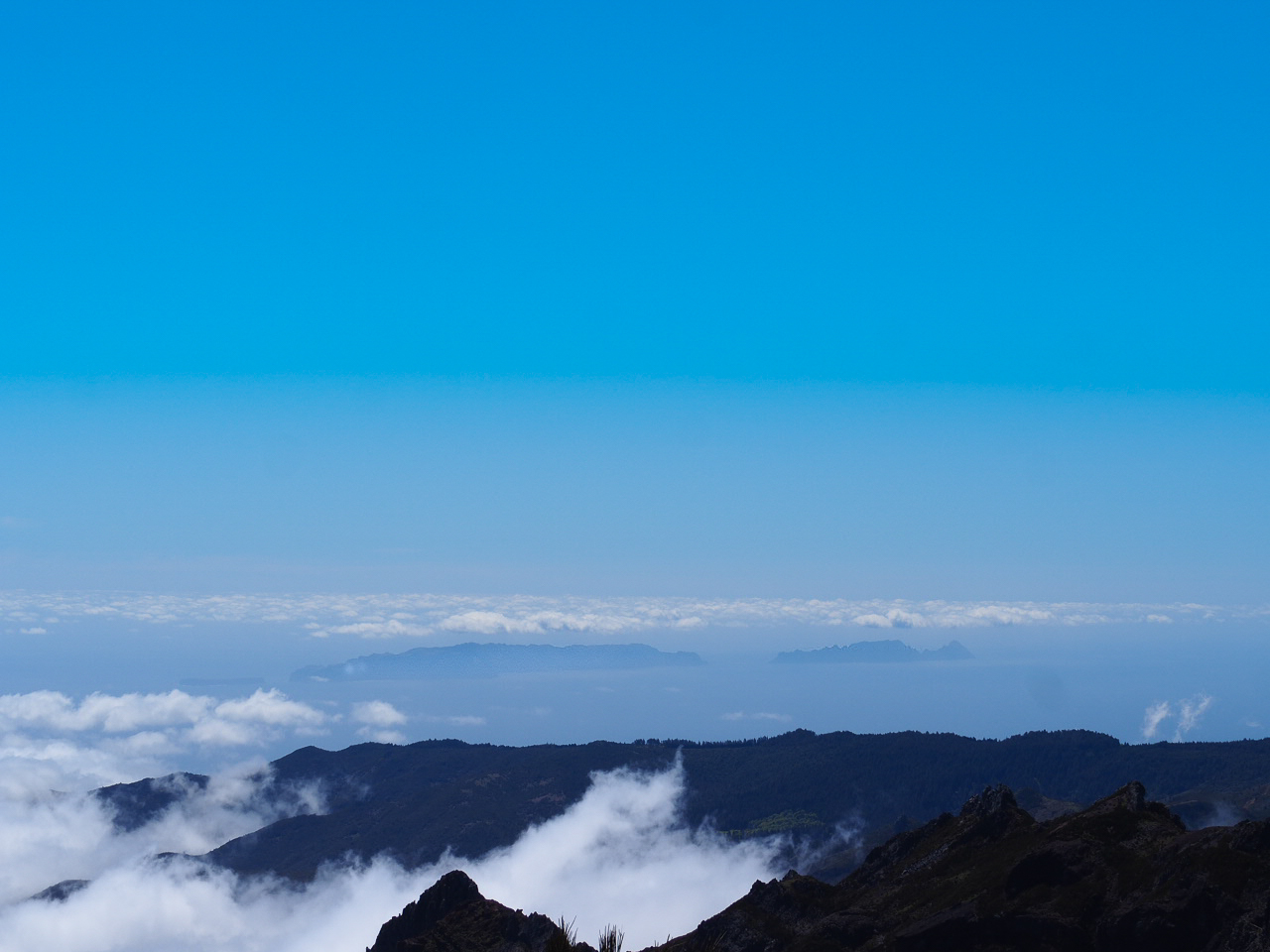 vue-sur-les-iles-desertes-randonnees-pico-ruivo-madere